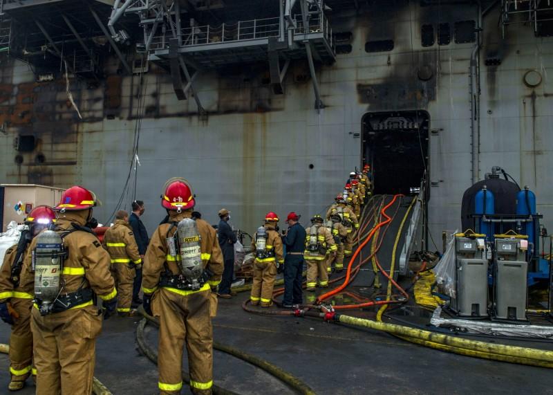 美國海軍證實,參與「好人理查號」救火行動的2名官兵感染武漢肺炎,目前已將至少27名接觸者隔離。(美聯社)