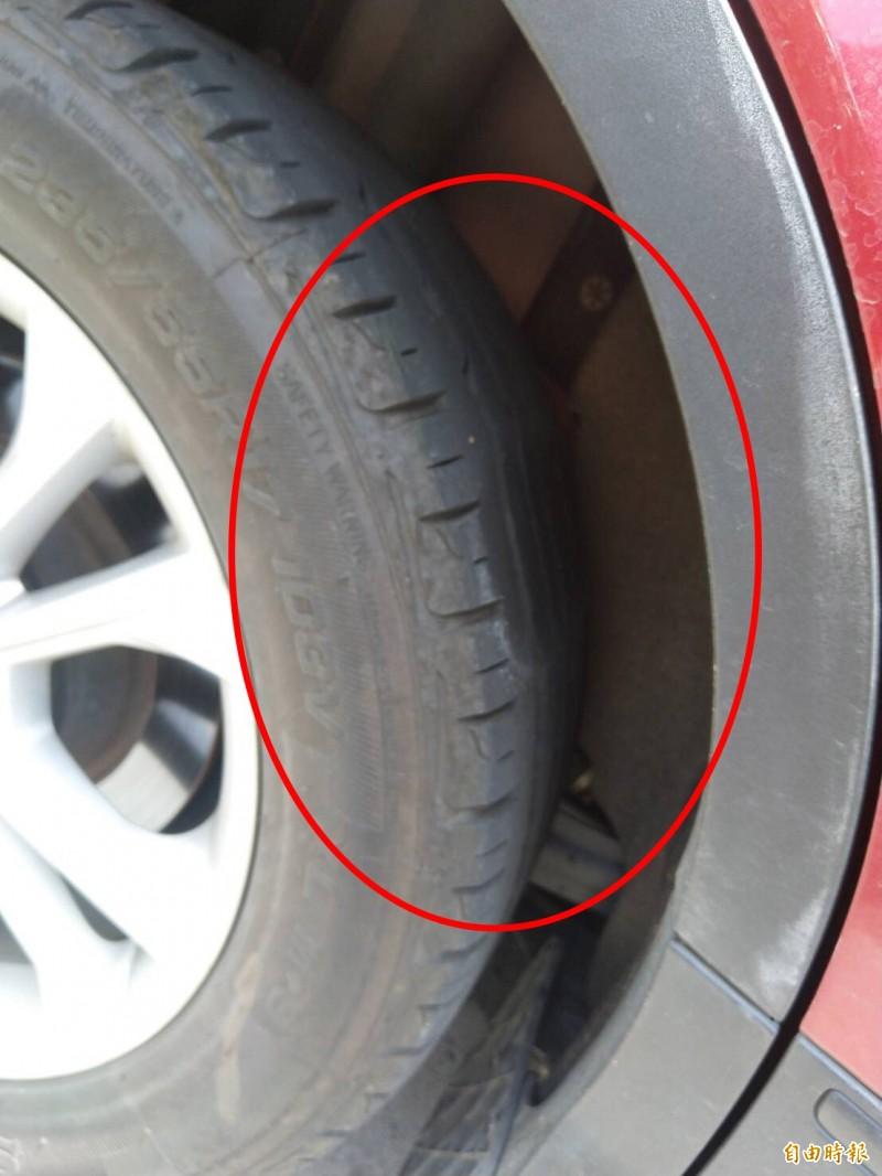 休旅車右後車輪被磨成扁平胎。(記者顏宏駿攝)