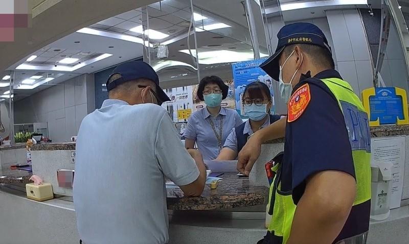 警方與行員共阻詐騙。(記者蘇金鳳翻攝)