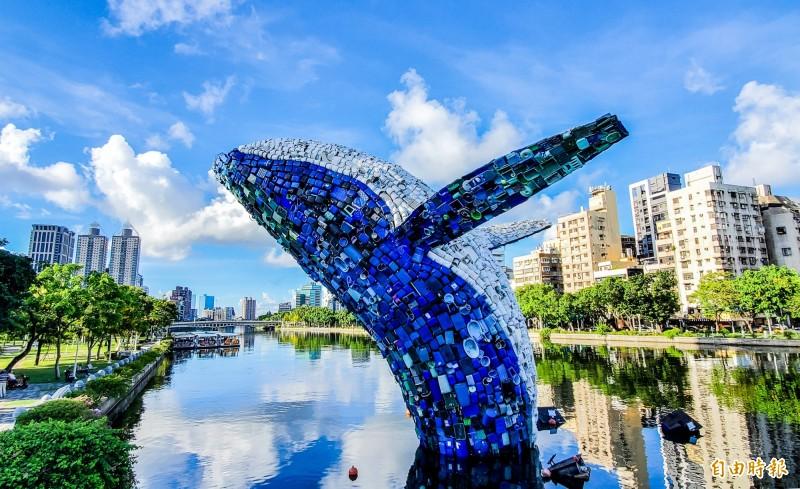 矗立在愛河七賢橋旁的「愛之鯨」近200天,共吸引超過200萬人次觀賞,明天進行拆除。(記者張忠義攝)