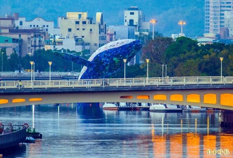 全台最大水上環保裝置藝術「愛河.愛之鯨」,功成身退後市府將續推打造「愛河藝廊」。(記者張忠義攝)