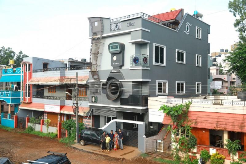 印度攝影師宏加從小熱愛攝影,如今長大成家後,將住家打造成相機的模樣。(圖擷自NirmalGanguly@Twitter)