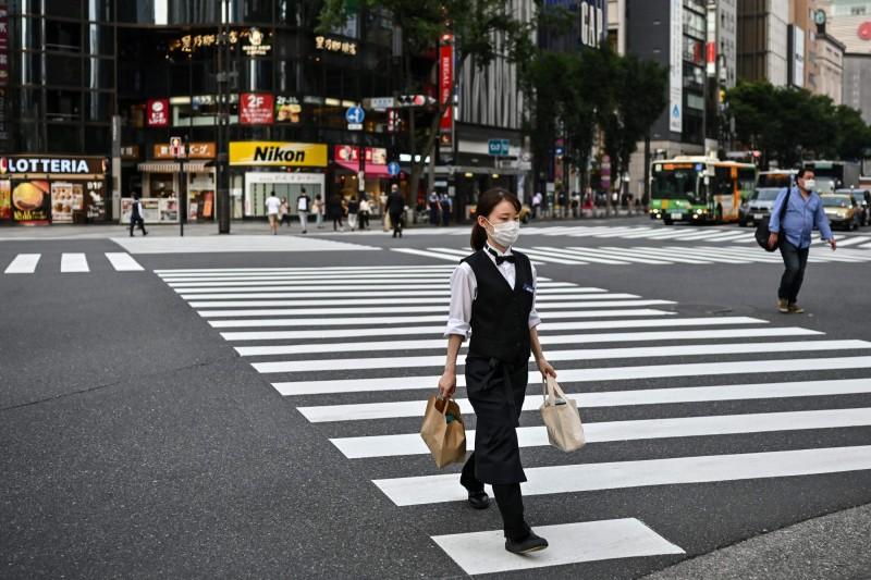 日本武漢肺炎的疫情持續延燒,今(7月21)日截至日本時間晚間10點(台灣時間晚間9點),共新增632人確診,其中有28人是境外移入,東京都有237人確診,再度回到單日破200人,目前全日本累計2萬7188人確診。(法新社)