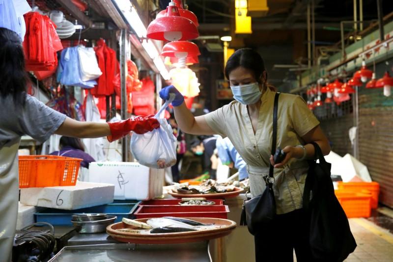 據消息人士透露,香港今新增約80例確診病例,累計病例將破2000例。(路透)