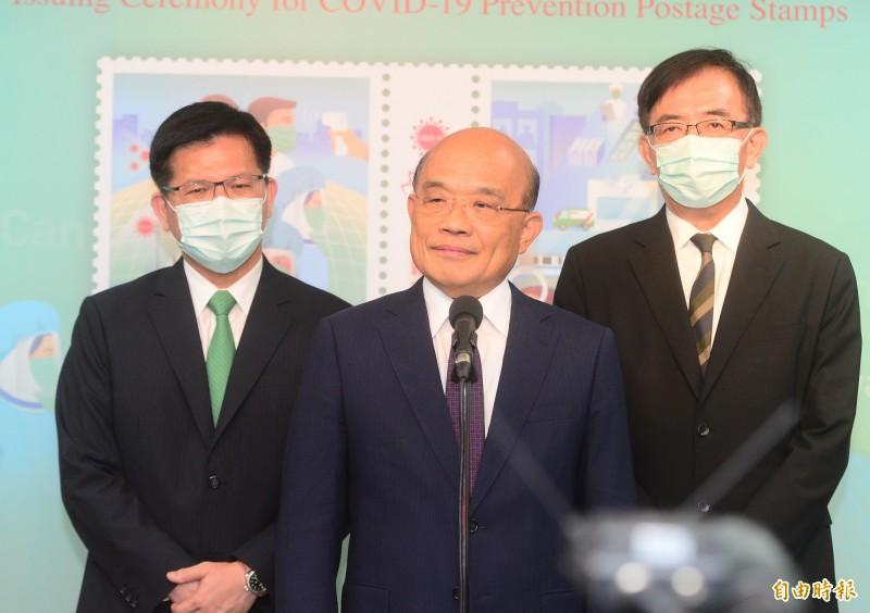 行政院長蘇貞昌(中)出席「防疫郵票發行」記者會,會前接受媒體聯訪。(記者王藝菘攝)
