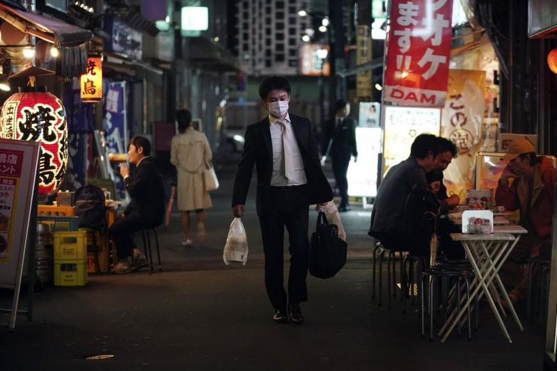 東京足立區兩家酒吧發生群聚感染。(美聯社)
