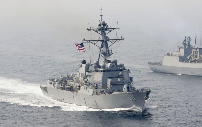 美國海軍接收了首個新式的AN/SPY-6主動電子掃描陣列雷達,將用於新款III型伯克級驅逐艦上。圖為IIA型伯克級驅逐艦「韋恩·E·梅耶號」巡弋南海。(美聯社)