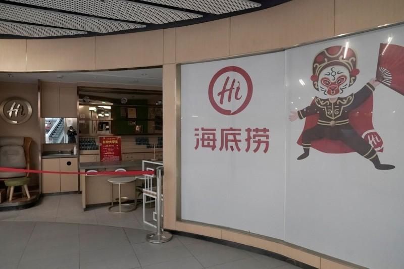 日前中國海底撈有顧客吃到塑膠片。(路透)