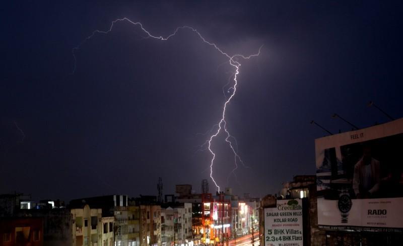 印度比哈爾邦布爾尼亞縣(Purnia)一家三口待在家不外出,沒想到閃電竟直接劈進家中,一家3口當場罹難。印度閃電示意圖。(歐新社)