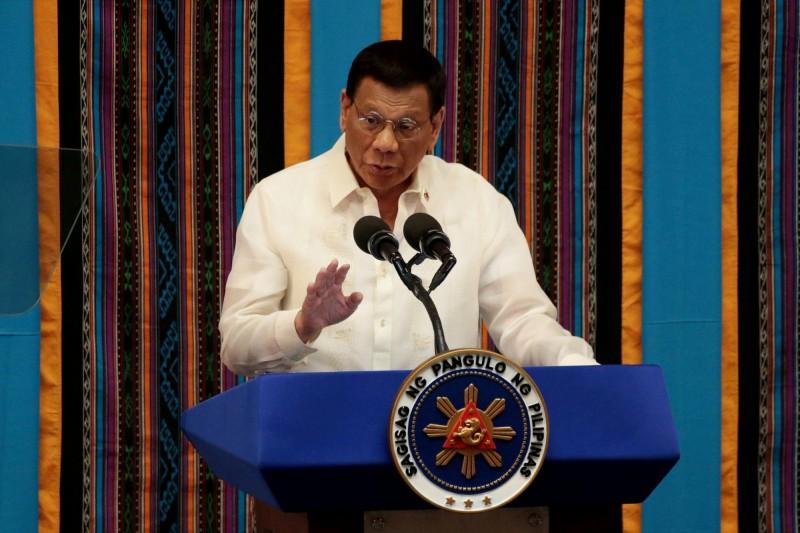 隨著菲律賓疫情復燃,菲國總統杜特蒂表示將持續擴大檢測產能,亦再次警告未配戴口罩的人,會直接被逮捕至警局拘留,圖為杜特蒂。(路透)