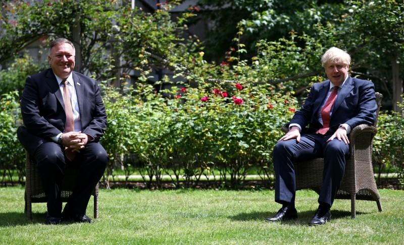 龐皮歐(左)21日與強森(右)在唐寧街十號首相官邸的花園會晤,討論到與中國相關的議題。(路透)