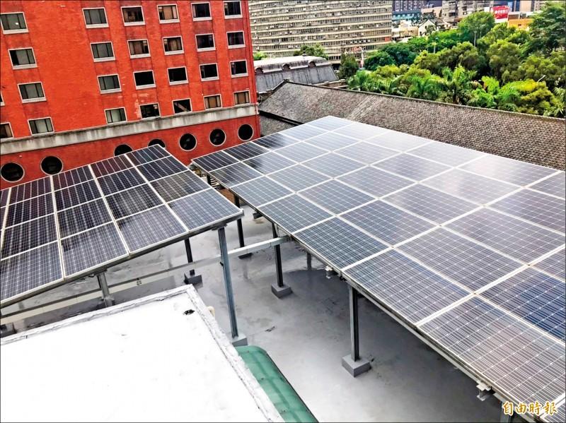 立法院鎮江會館頂樓設置的太陽能光電設備,被爆由中國華為製造。(記者彭琬馨攝)