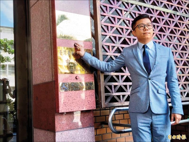 蘇嘉全委託律師房彥輝到台北地檢署對藍營立委王育敏、台北市議員羅智強、游淑慧提告妨害名譽,另提出民事求償。(記者陳慰慈攝)