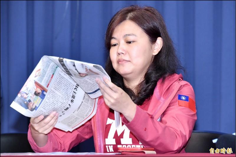 台北市議員游淑慧出席記者會,手上拿著自由時報。(記者塗建榮攝)