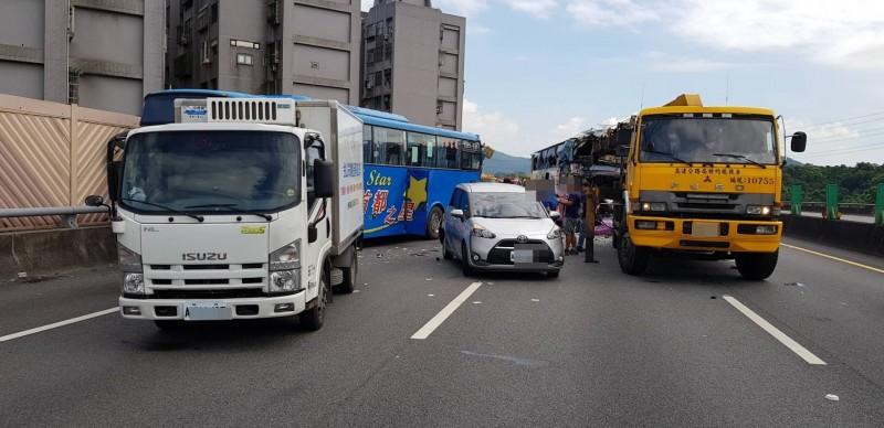 國道三號南下12.2公里處發生4輛車連環碰撞事故。(記者吳昇儒翻攝)