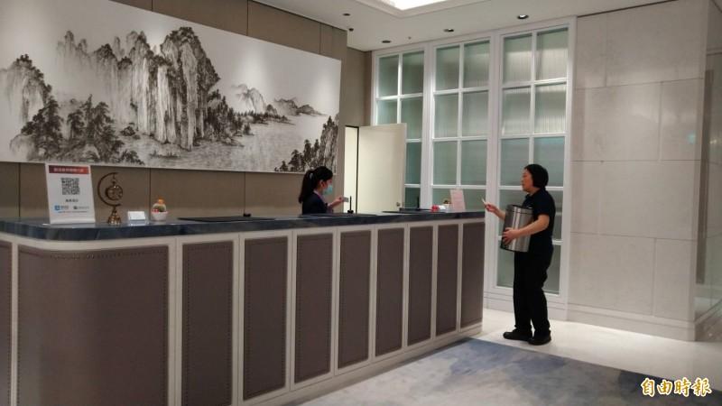 台北市安心旅遊補助方案獲中央挹注4千萬元,旅館公會指出,經費即將用光、補助面臨斷炊。圖為旅館櫃檯人員(記者蔡亞樺攝)