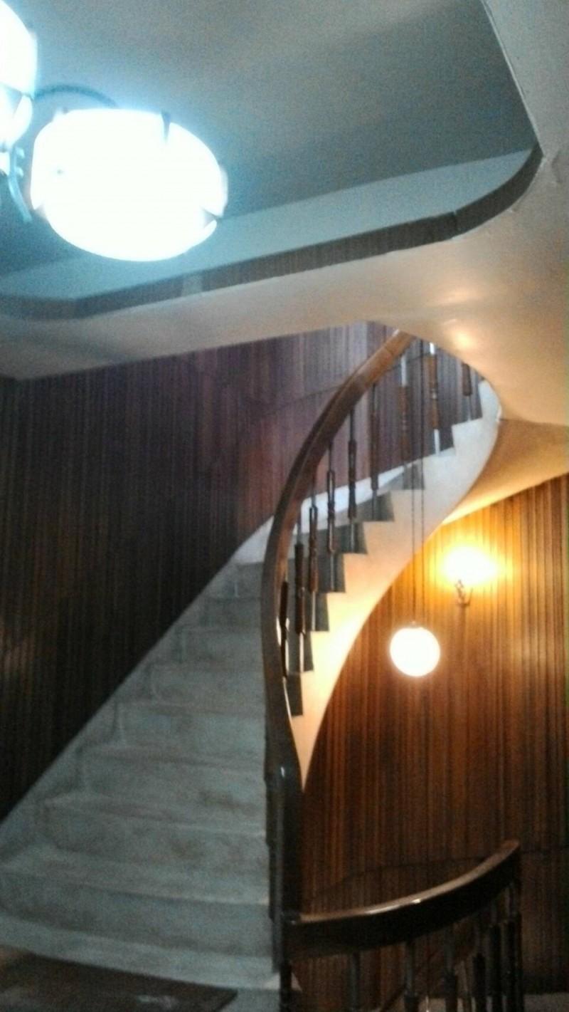 陳致曉教授在臉書秀出他家有優雅浪漫的圓型旋轉樓梯。(圖:取自陳致曉臉書)