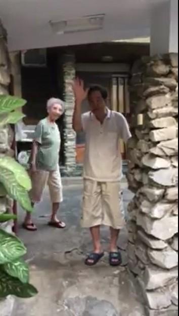 陳致曉教授在臉書放上其父母在門口揮手的照片。(圖:取自陳致曉臉書)