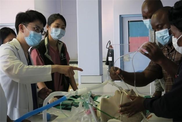 北醫附醫防疫專家團五月到史國協助防疫,教導當地醫師們操作儀器、為病患插管。(北醫附醫提供)