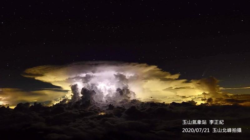 玉山氣象站觀測到嘉義出現積雲雷雨胞,大雨伴隨閃電,一旁還有尼歐懷茲彗星,「星雲共舞」畫面相當難得。(中央氣象局提供)