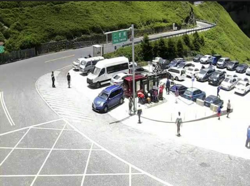 合歡山遊客中心停車場停車位少,經常一位難求。(圖擷自公路總局即時影像)