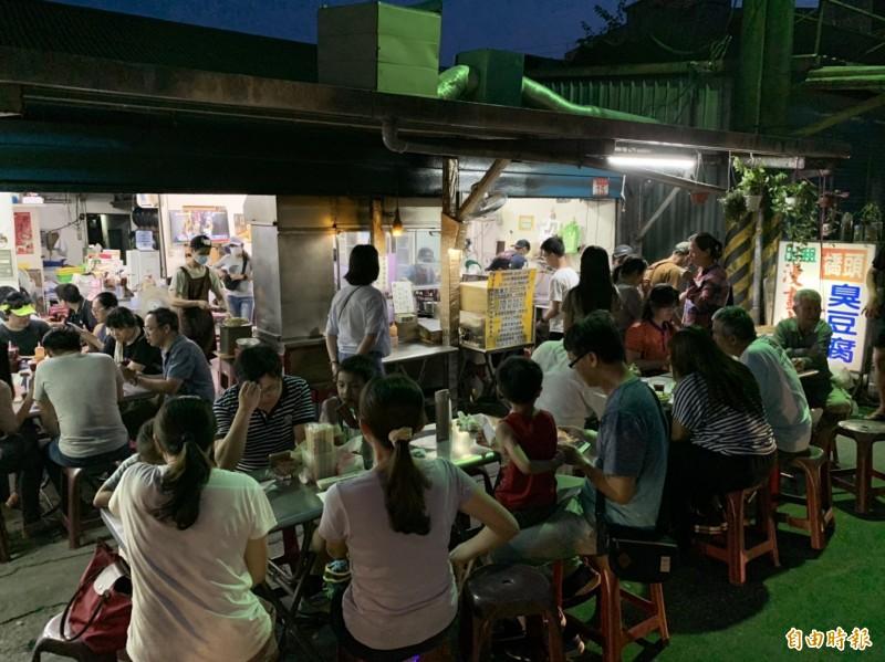 花蓮暑期湧人潮,知名臭豆腐店滿是上門顧客。(記者王峻祺攝)