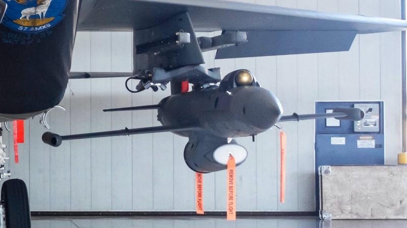 「鯖鯊」空射無人機機首上方改裝了光電探頭,翼尖也有疑似「紫外線飛彈逼近告警天線」(MAWS)的短艙。(圖擷取自推特)