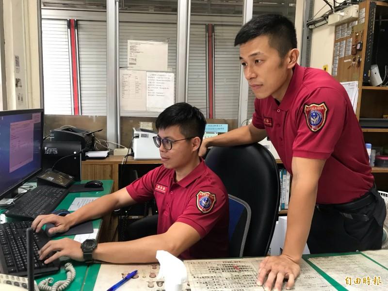 桃園市政府消防局採購紅色POLO衫作為消防工作服,供消防人員坐值班台時穿著。(記者周敏鴻攝)