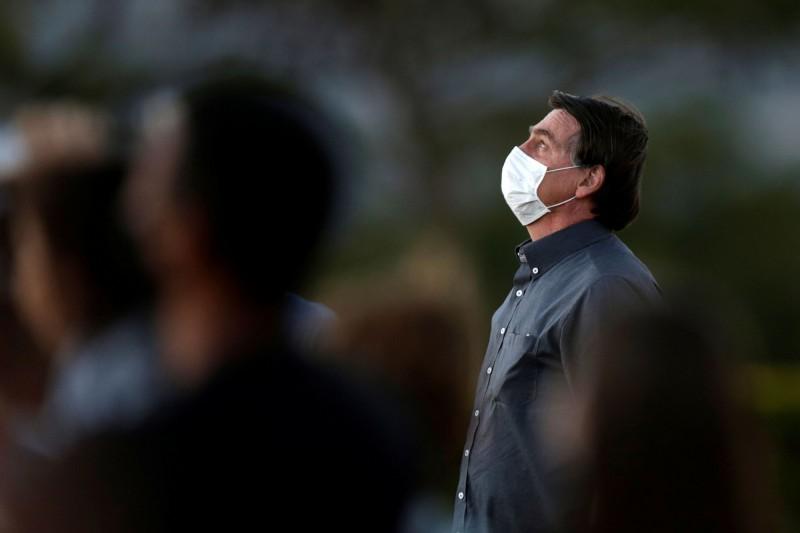 現年65歲的巴西總統波索納洛(見圖)自7月7日確診武漢肺炎後,就一直待在總統官邸普拉納托宮隔離,他在昨天(7月21日)第三度接受檢測,但結果還是陽性反應,必須繼續在官邸「遙控國事」。(路透)