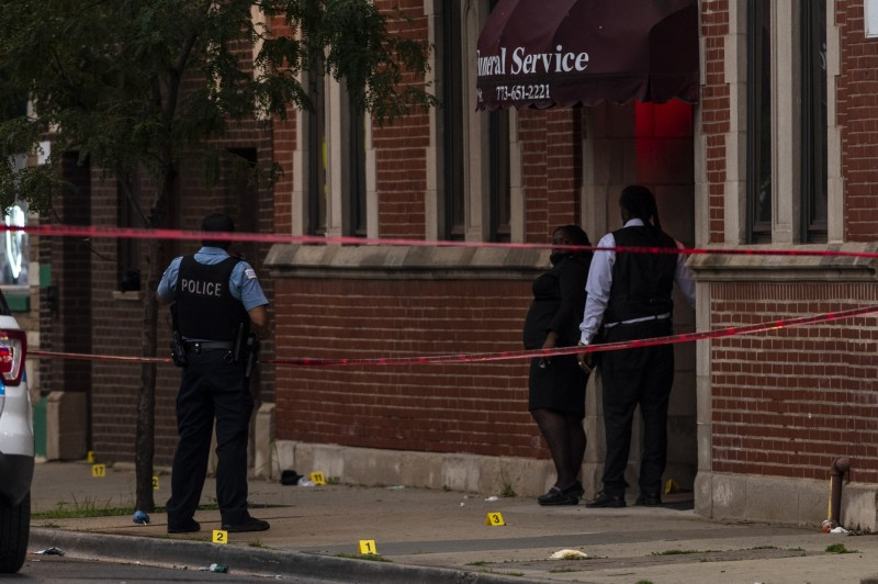 芝加哥21日晚間一處殯儀館外發生大規模槍擊,至少14人受傷,多人命危。(美聯社)