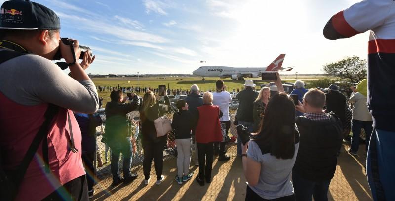 波音747在1971年8月加入澳洲航空,過去很長一段時間澳航的機隊只有波音747,因此波音747可說是那個時代澳洲人出國時的共同回憶,成千上萬的澳洲人讓「空中女王」運出海外,許多澳洲人也到機場向波音747告別。(法新社)