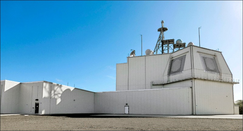 美國印太司令部司令戴維森透露,為了在西太平洋地區對抗中國的中程飛彈威脅,有意在美屬關島部署陸基神盾飛彈防禦系統(Aegis Ashore)。圖為部署在夏威夷的陸基神盾系統。 (路透檔案照)