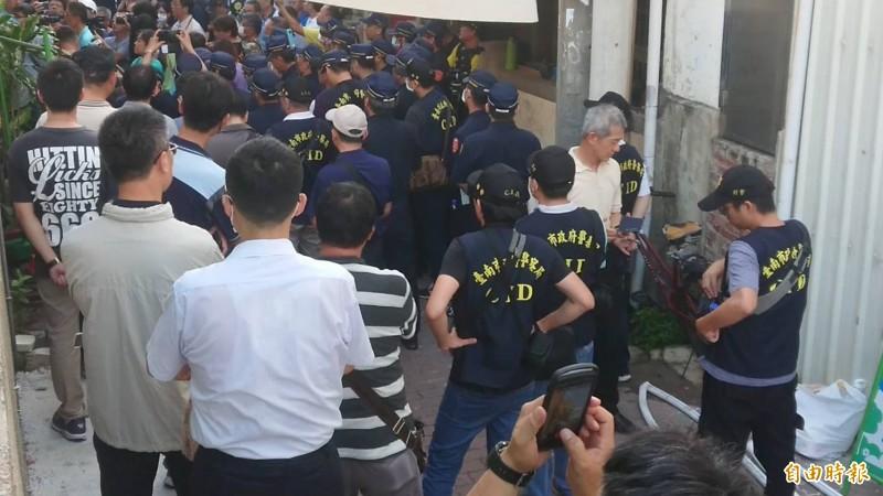 南鐵地下化強制拆除最後1戶拒遷戶今天受阻,警力被擋在陳家屋宅外面。(記者洪瑞琴攝)