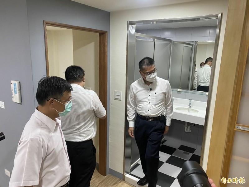 內政部長徐國勇(右)參觀高雄市舊警察宿舍改建成的大同社會住宅,畫面中這戶是青年戶雙人房,單戶含陽台面積17坪。(記者黃旭磊攝)