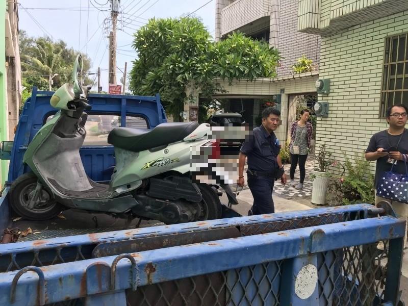 行政執行署台南分署查封未繳居家檢疫違規罰款的英國籍補教老師名下機車。(記者王俊忠翻攝)