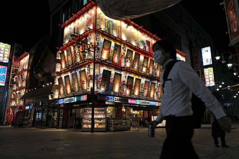 日本全國今天新增920例確診,其中大阪新增104例。圖為大阪新世界商店街。(彭博)