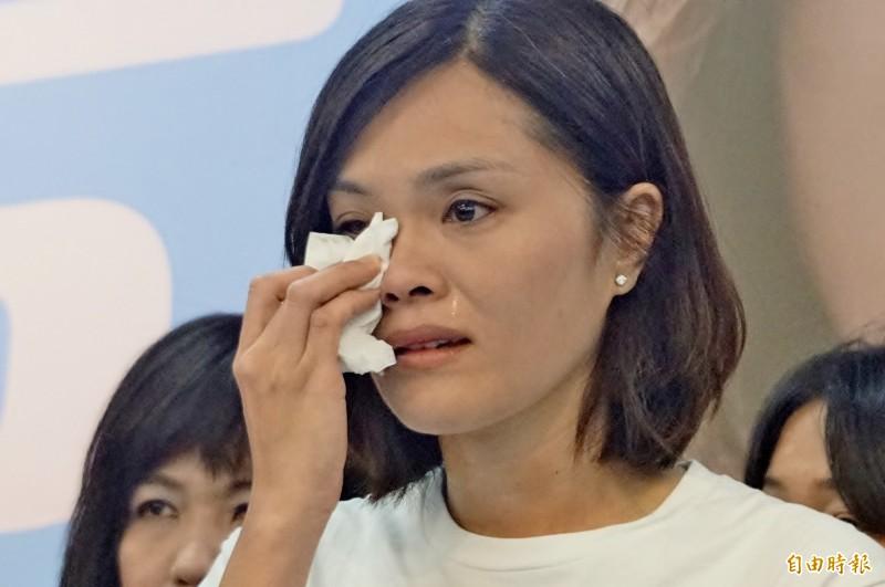 國民黨高雄市長補選候選人李眉蓁身陷論文抄襲風波,23日上午落淚發布聲明,道歉並宣佈放棄中山大學碩士學位。(記者黃佳琳攝)