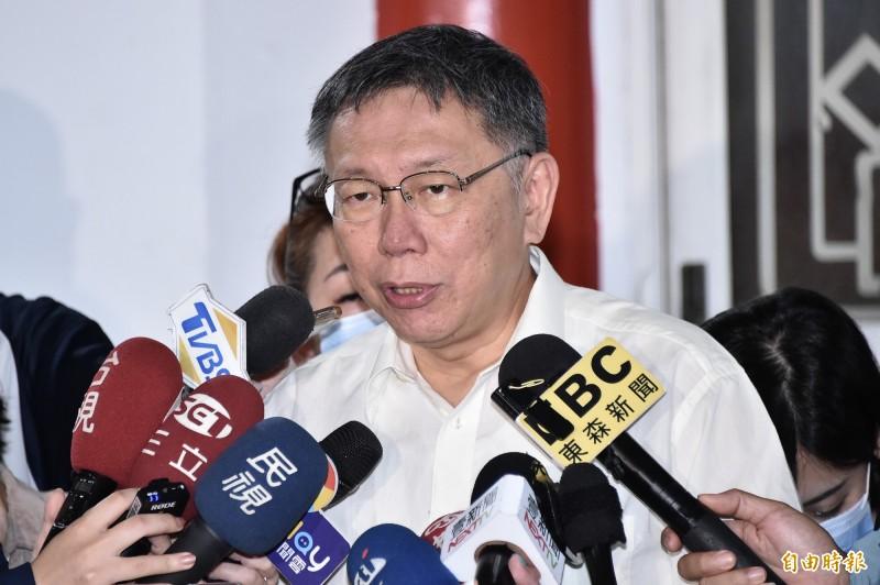 台北市長柯文哲(見圖)今23日前往弔唁溺斃死者建管處承辦員曾華崇及慰問家屬,隨後在第一殯儀館內,做簡短聲明回應。(記者塗建榮攝)