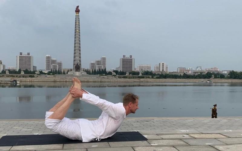 瑞典駐北韓大使柏格斯騰在北韓首都平壤的大同江畔,打赤腳做瑜珈的景象也格外引人注目,背景是祝賀北韓前領導人金日成70大壽而建的主體思想塔。(圖擷取自推特_@joshjonsmith)