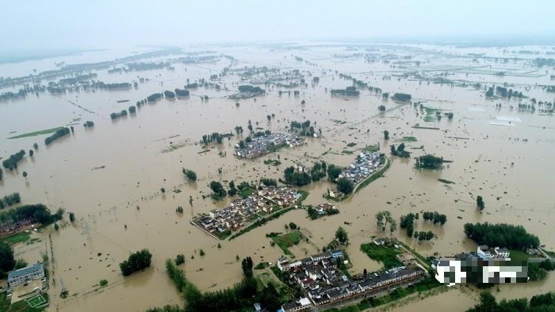 中國暴雨成災,雨勢未止。圖為7月20日8時32分,淮河王家壩閘開閘放水後,當地村莊泡在水中。(圖擷取自網路)