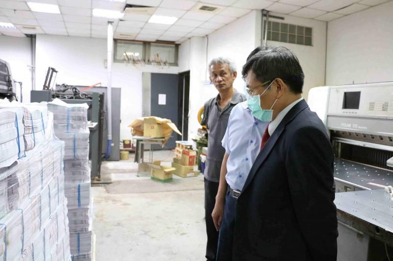 楊明州前往印刷廠,巡視選舉公報印製情形。(高雄市政府提供)
