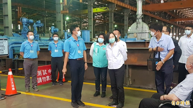總統蔡英文參觀三太造機廠。(記者林宜樟攝)