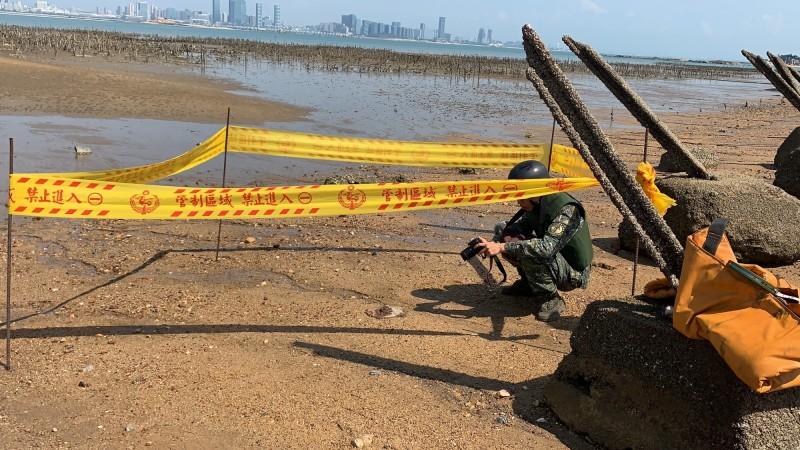 金防部未爆彈處理小組對未爆彈進行拍照蒐證的工作。(金門岸巡隊提供)
