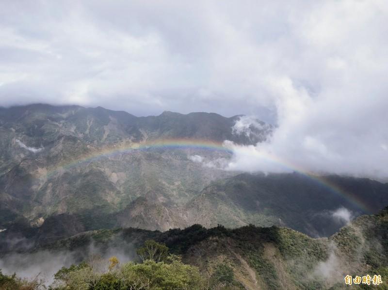 霧台鄉阿禮部落的山景與雲霧變化超美。(記者羅欣貞攝)