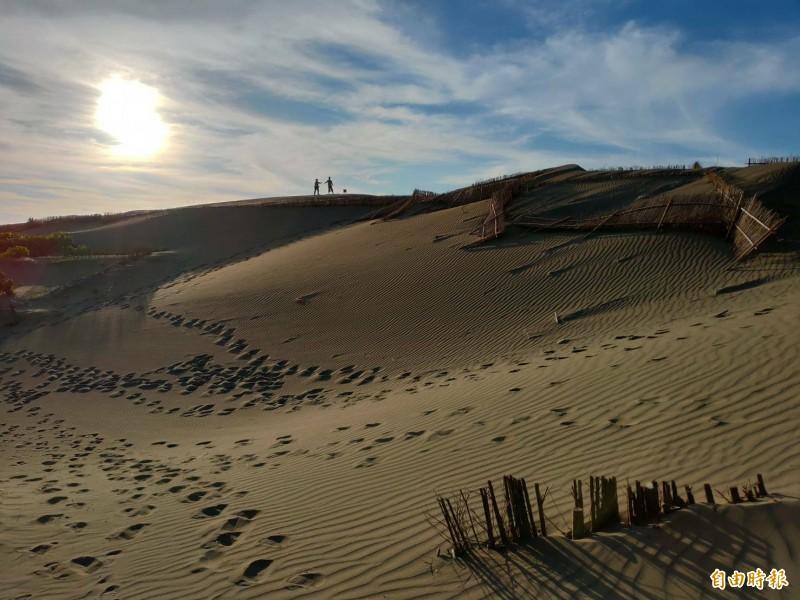 近年爆紅且有「台版撒哈拉沙漠」稱號的草漯沙丘,已於今年6月被指定為桃園市首座地質公園。(記者鄭淑婷攝)