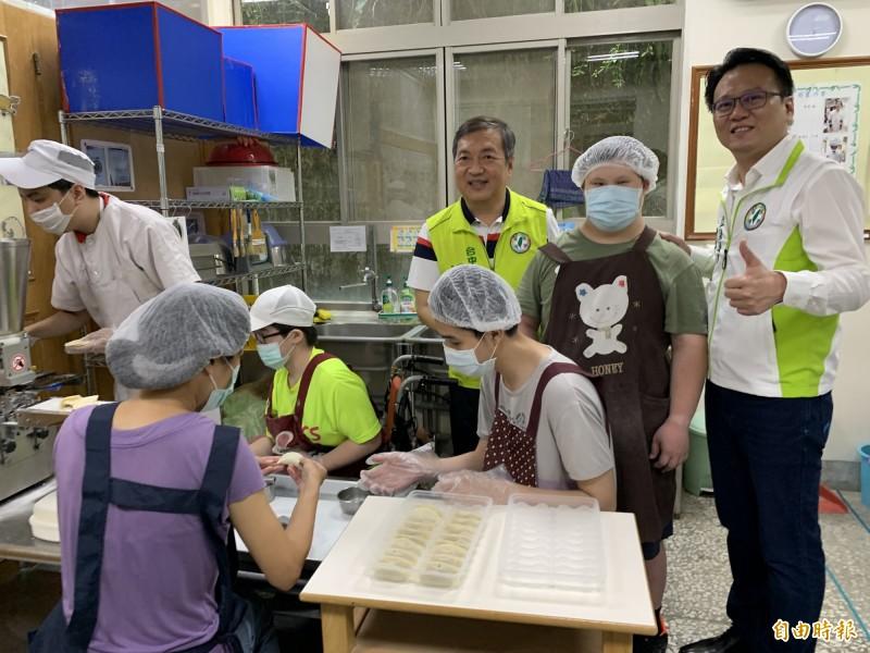 立委莊競程(右)與議員曾朝榮參訪十方的烘焙、水餃等手作坊,讚學員勤奮手藝好。(記者蔡淑媛攝)