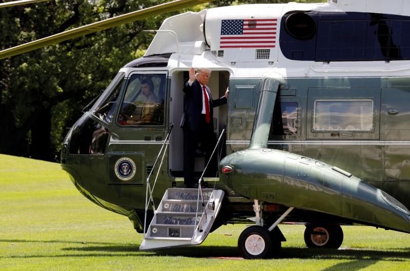 專門載送美國總統川普的美國海軍陸戰隊第一直升機中隊(HMX-1),傳出1名隊員確診武漢肺炎(新型冠狀病毒病,COVID-19)。川普搭乘HMX-1中隊直升機示意圖。(路透)