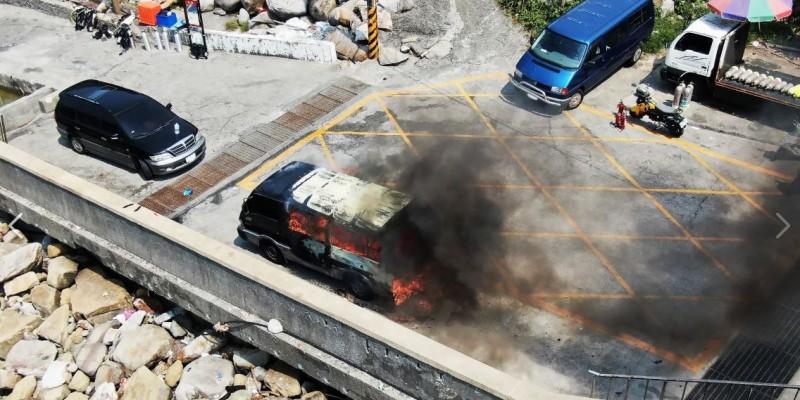 新北市瑞芳區龍洞社23日下午發生火燒車意外,雖詳細原因有待釐清,不過根據現場目擊者指出火苗位置,相關單位研判疑似車內有含有電池的物品燃燒所致。(擷取自「海巡署長室 Coast Guard」)