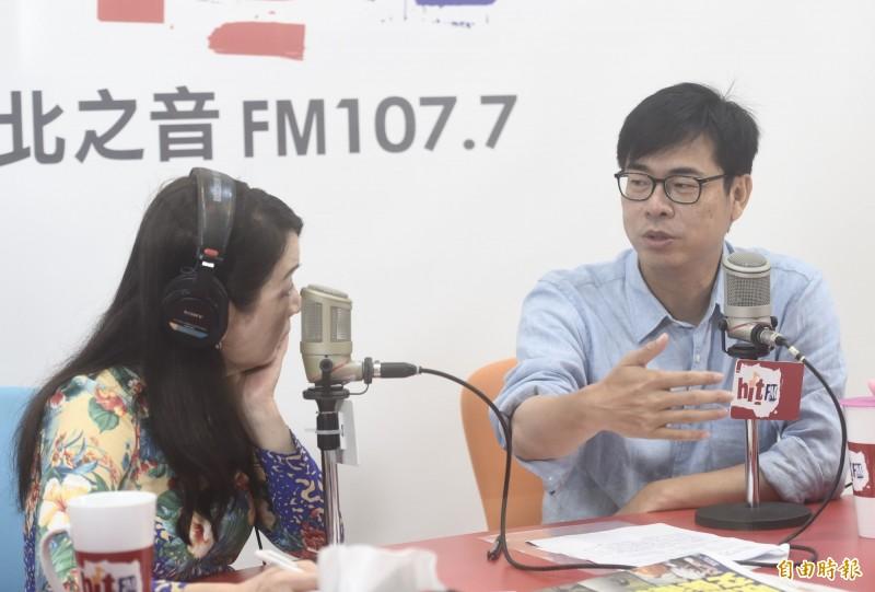民進黨高雄市長參選人陳其邁24日接受廣播節目「周玉蔻嗆新聞」專訪。(記者簡榮豐攝)