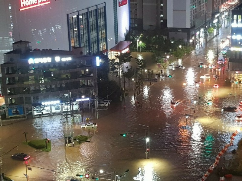 南韓昨日受強風暴雨襲擊,釜山市中心嚴重淹水,截至今晨已知造成3人死亡、1人失蹤(歐新社)